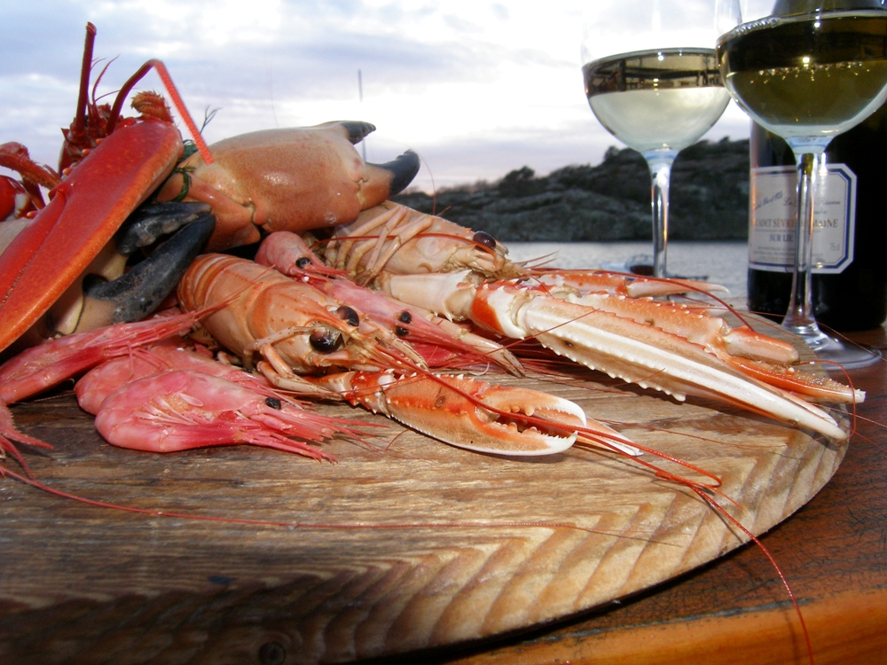 Skaldjursfat med räkor, krabba och havskräftor