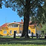 Berdalen, en stor gul byggnad med vita knutar