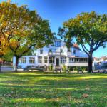 Hotel Ekenäs Koster med höstfärgade träd i förgrunden