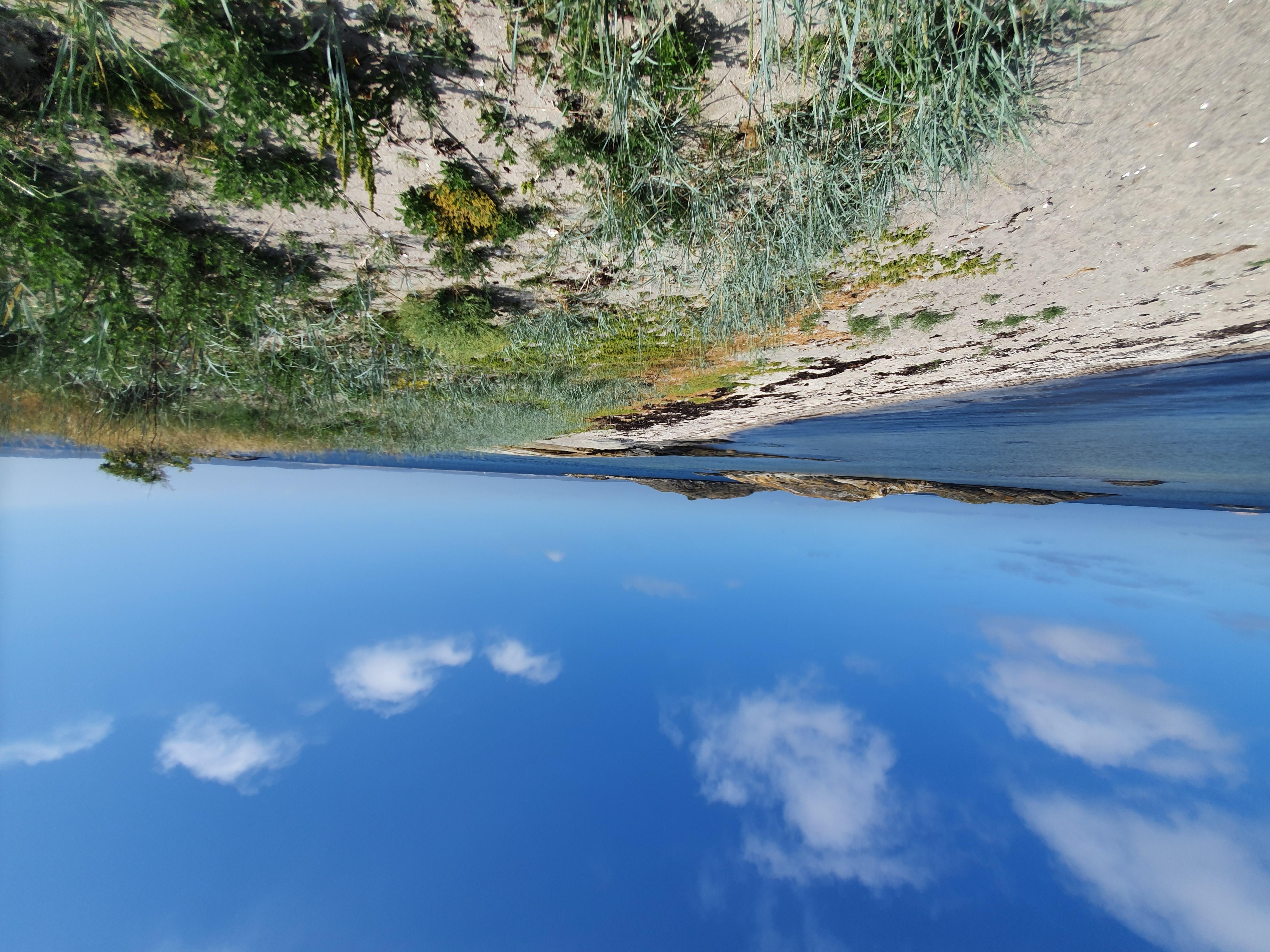 Sandstrand som är perfekt för sommardopp